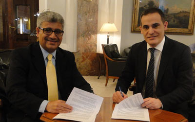 Qudurat Holding CEO Eng. Ibrahim Al-Asseri (Left ) and COMO's CEO Alejandro Alvarez (Right)  during the signing of agreement