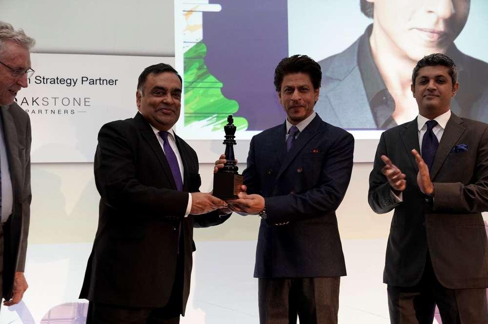 Shah Rukh Khan recieving award