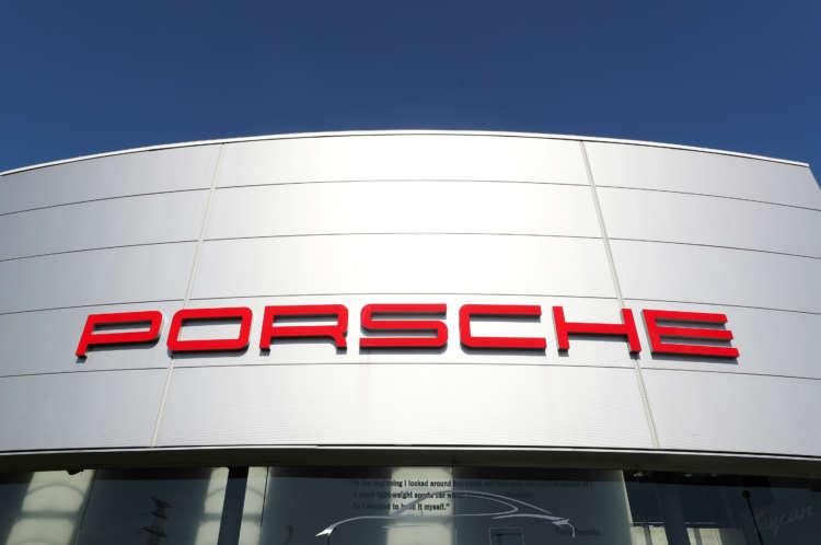Volkswagen mulls listing of Porsche AG unit - source 1