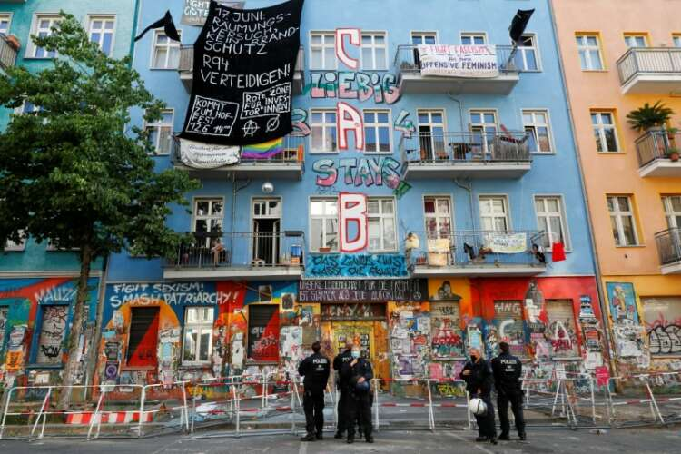 Berlin police force entry to long-time squat under hail of fireworks, smoke bombs 1