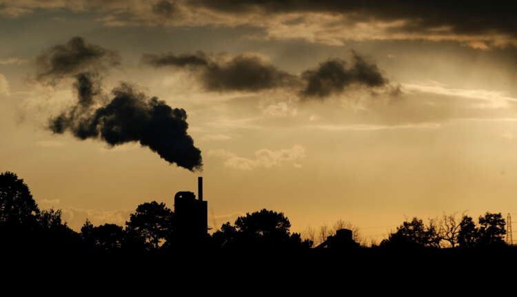 UK factories ride demand boom, price pressures hit record -PMI 1