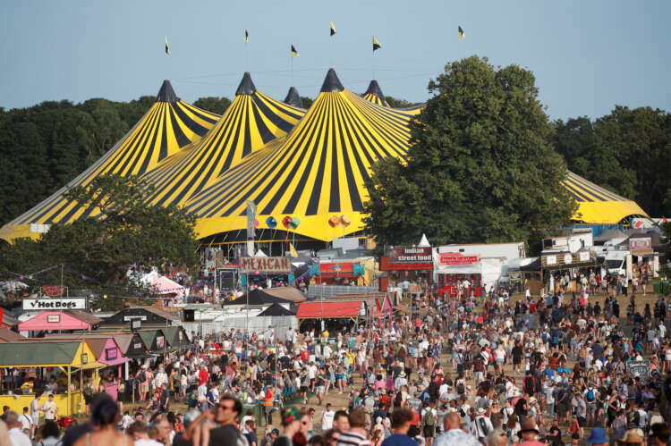 Thousands descend on UK music festival amid rise in COVID cases 1