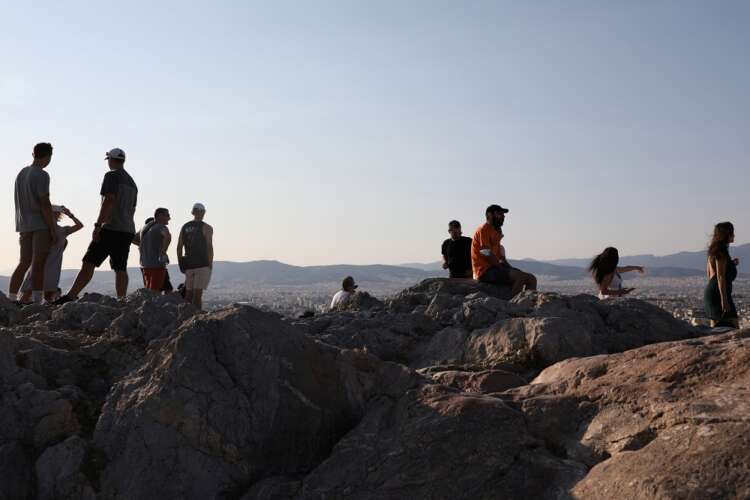 Greek tourism faces tense 'summer of patience' 1