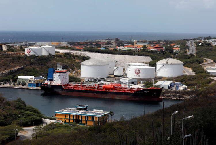 Oil settles up near $75; sharp U.S. inventory drop counters virus worry 1