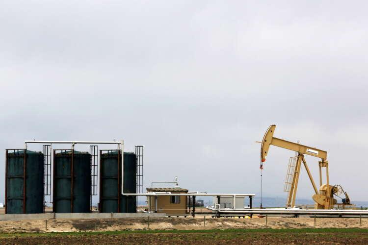 Oil dips as U.S. storm-hit supply makes slow return 1